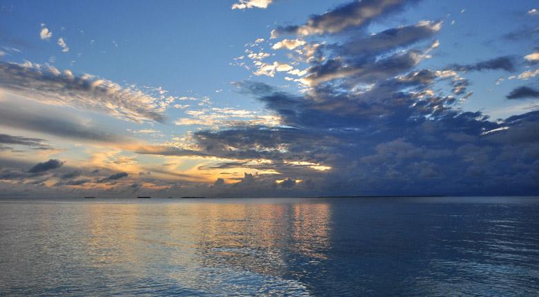 阿雅达岛(Ayada Maldives)是马尔代夫非常受欢迎的六星级岛屿,从你踏上度假村细软如粉的白色沙滩起,你就会沉醉在高品质的奢华梦境中。你可以在清澈的写湖浮潜和深潜,欣赏壮丽的海洋世界,也可以躺在户外的沙滩椅上享受温暖的日光浴,静观印度洋变幻迷人的美景!这里七彩假期就为大家搜集了大量的阿雅达岛高清图片,包括阿雅达岛岛屿图片、阿雅达岛房型图片、阿雅达岛餐厅图片、阿雅达岛娱乐项目图片等,让大家直接感受阿雅达岛上的各种美景。     阿雅达岛植被  阿雅达岛婚礼教堂  阿雅达岛浮潜  阿雅达岛吊床  阿雅