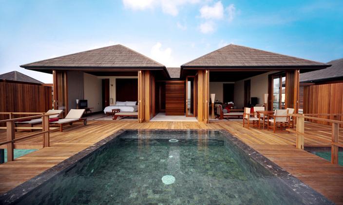 岛屿介绍 天堂岛Paradise Island是马尔代夫非常著名的度假海岛,它又叫桃源岛,位于马累北环礁,总长度约为931米,宽度约为250米,环岛游览一圈需要一个小时左右,岛上配有中文GO,是国人很偏爱的岛屿。天堂岛距离马累国际机场及首都马累大约9.6公里,从马累机场乘坐快艇20分钟左右即可到达。葱茏的树木,五彩的鲜花,银白的沙滩,尤其让人感到惊叹的是散落在人间的度假天堂,惬意诱人的椰林沙滩,旖旎的热带海洋风光,给每个住在这里的游客留下令人难忘的记忆。 海滩水清沙幼,海水如蓝宝石般,堪称世界一流,是海泳